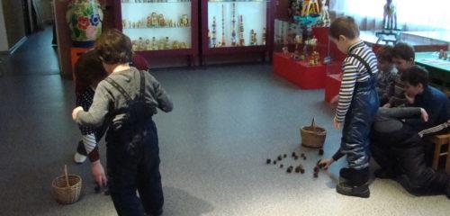 Ребята помогают медведю собрать шишки