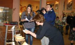 директор музея Л. Р. Попова демонстрирует стеклянный негатив